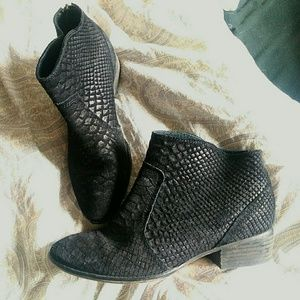 Shoes - Cute Black ankle boots suede GUC. Size 8.